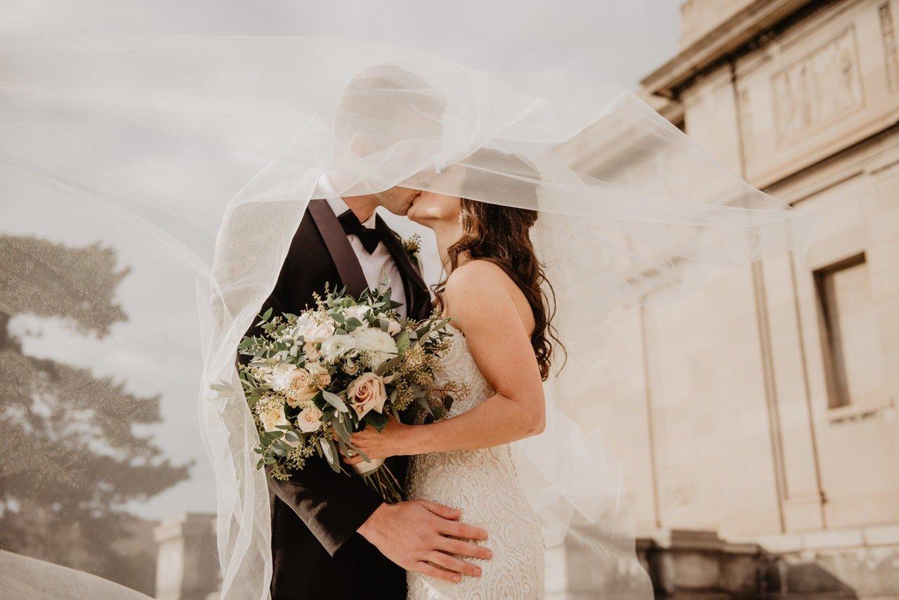 noiva beija noivo embaixo do véu