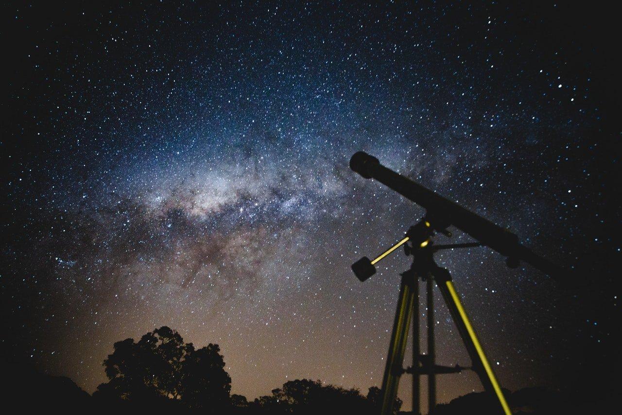 telescópio em meio a um ceu extremamente estrelado