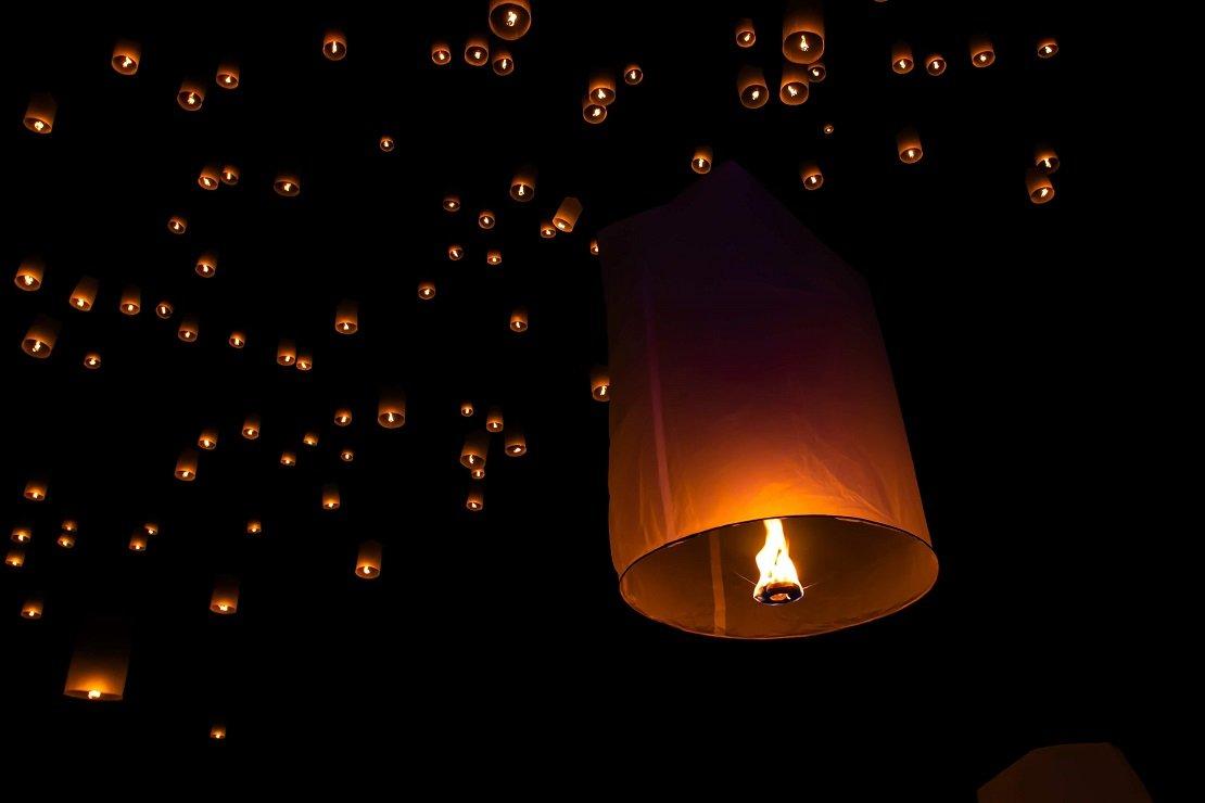 lanternas iluminadas subindo ao céu como ilustração para matéria de frases de fé