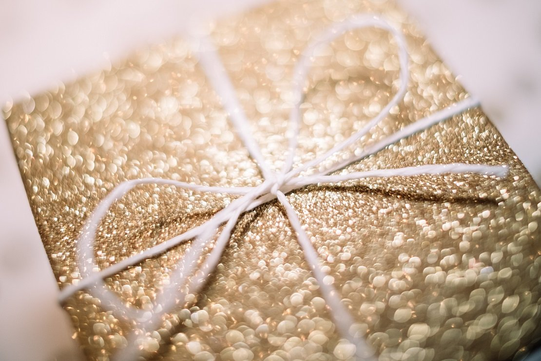 presente para mãe com embrulho dourado e fita