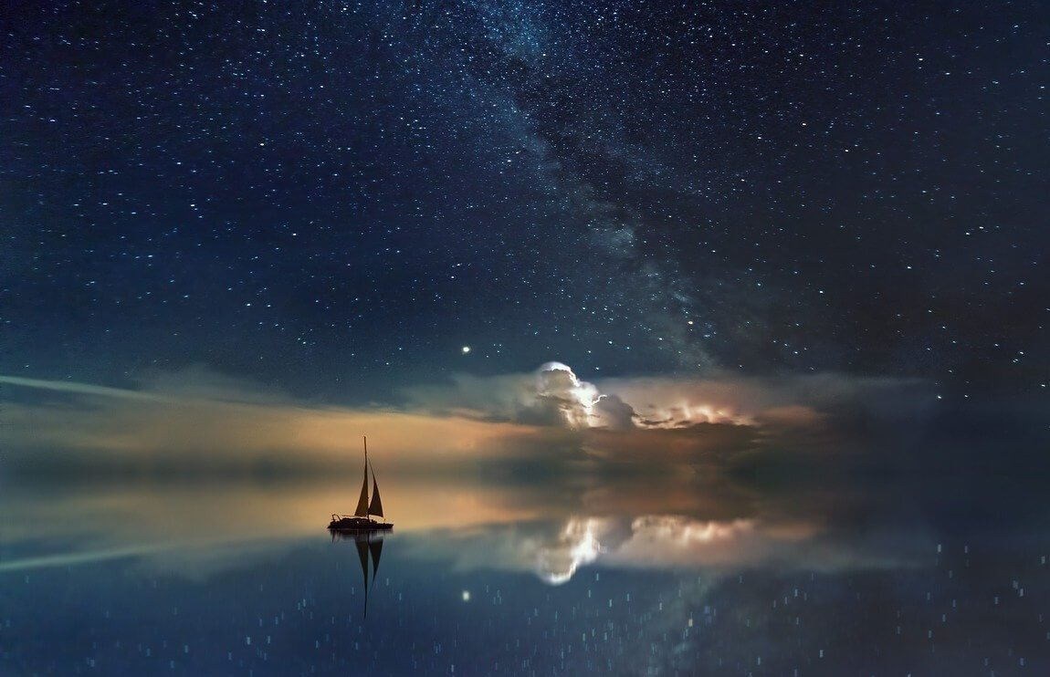barco a vela navegando em um céu estrelado para ilustrar matéria de frases sobre estrelas