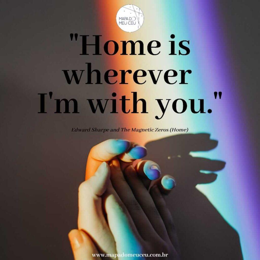 frases de músicas internacionais mostrando mãos dadas iluminadas por faixa de sol nas cores do arco-íris