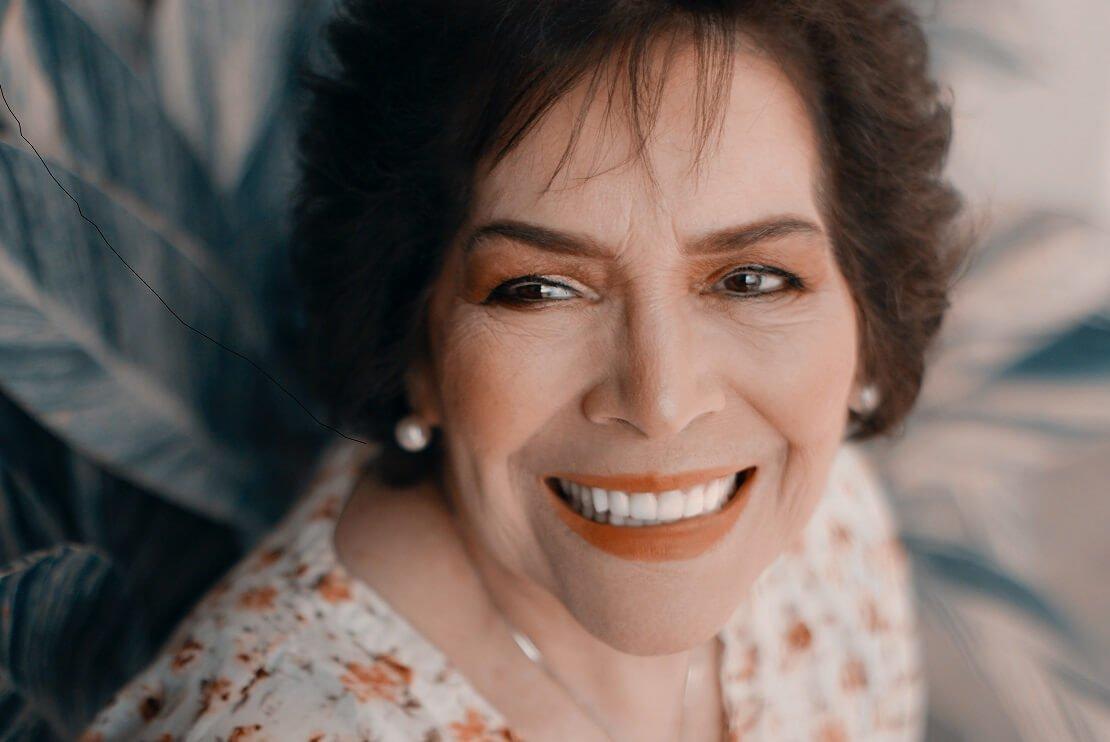mulher mais velha sorrindo para ilustrar o que dar de presente para sogra