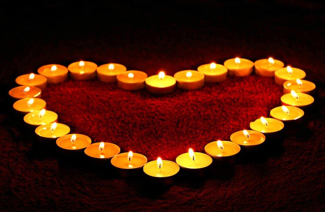 velas em formato de coração ilustrando bodas de namoro