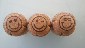 benefícios do vinho com rolhas carimbadas com emoticons felizes