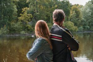 pai e filha de costas, observando lago e ilustrando matéria de presente de dia dos pais personalizado