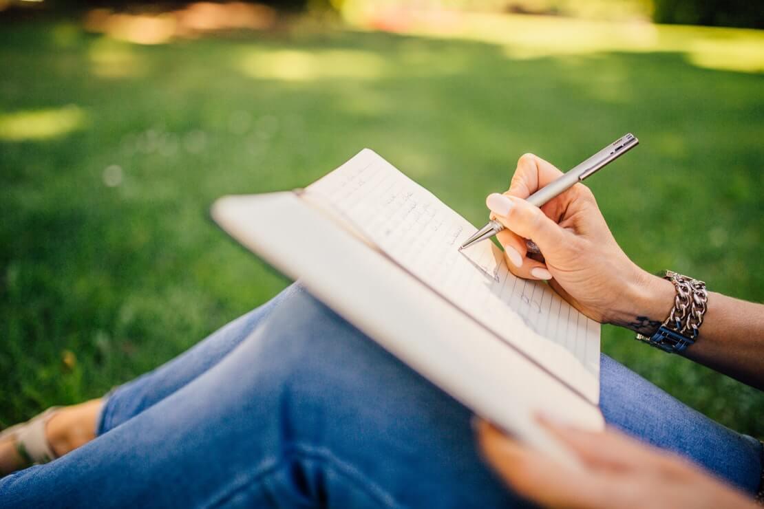 o poder das palavras menina escreve em caderno