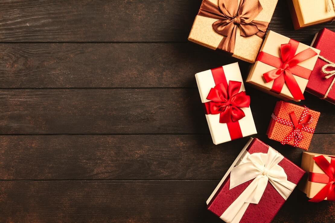 presente de Natal com embrulhos espalhados