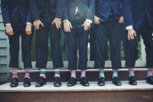 presente padrinhos de casamento - padrinhos alinhados com meias coloridas divertidas