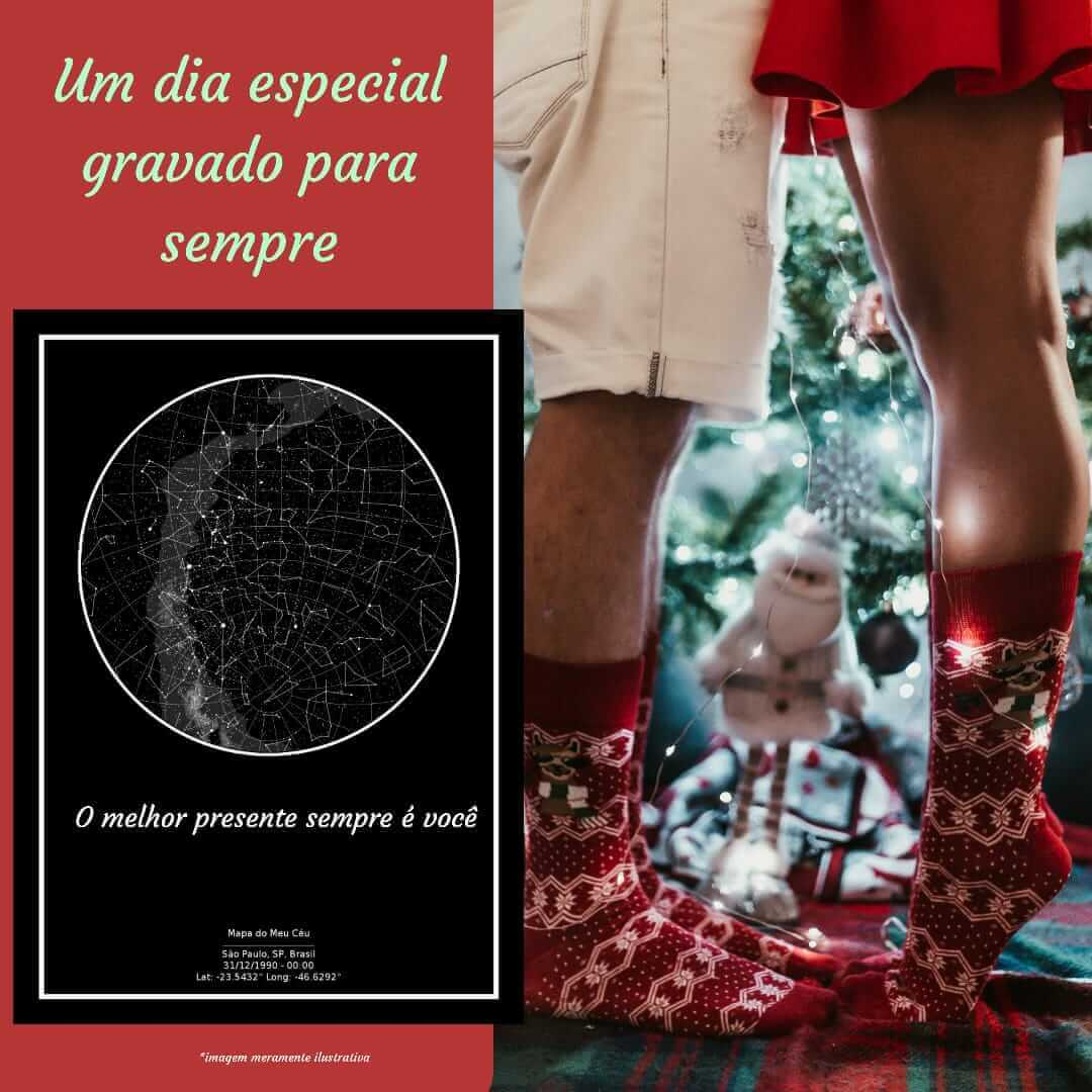 Presente criativo de Natal - mapa das estrelas em primeiro plano, com casal vestindo meias natalinas se beijando próximo a uma árvore