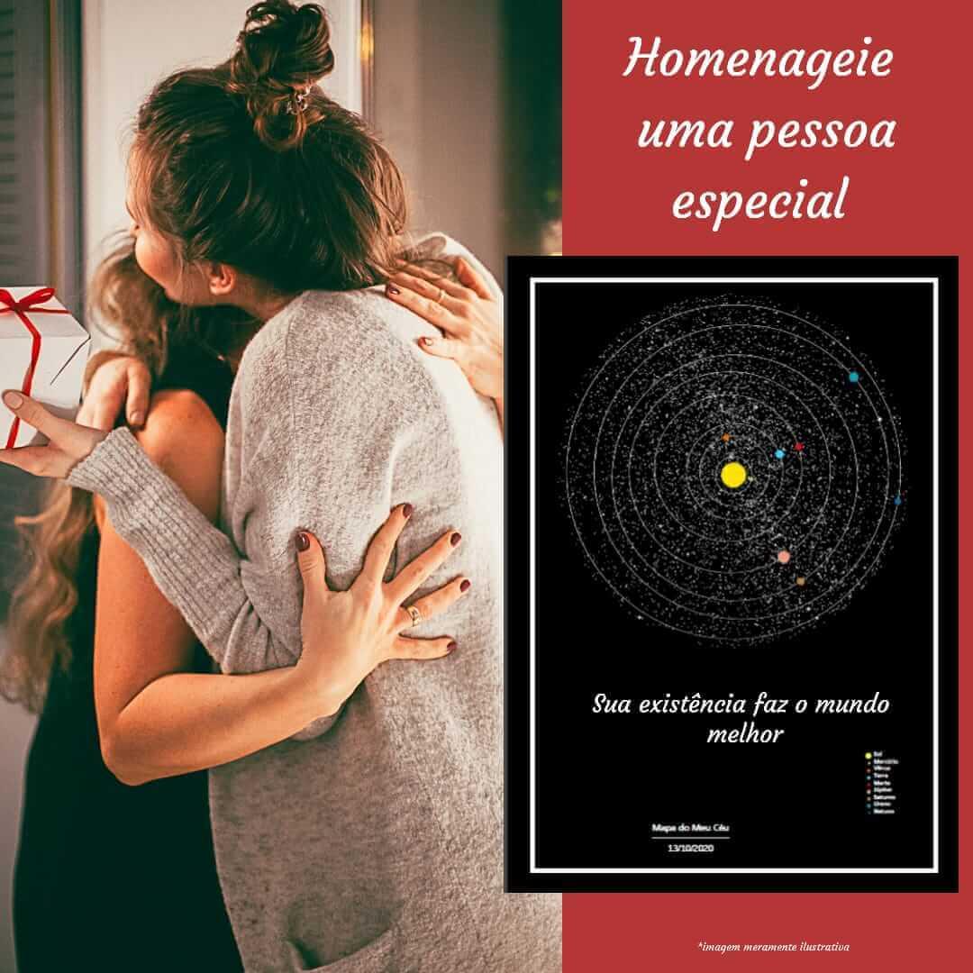 Presente criativo de Natal - o mapa dos planetas em primeiro plano, enquanto duas mulheres se abraçam
