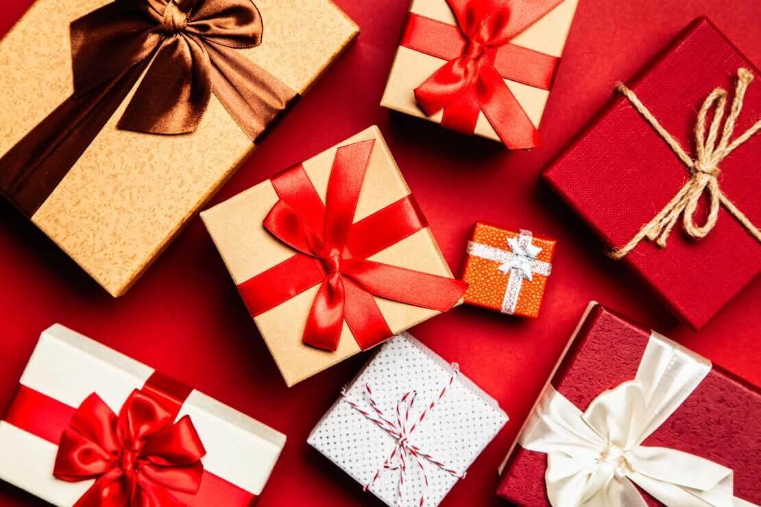 dicas de presente de Natal com vários embrulhos em fundo vermelho