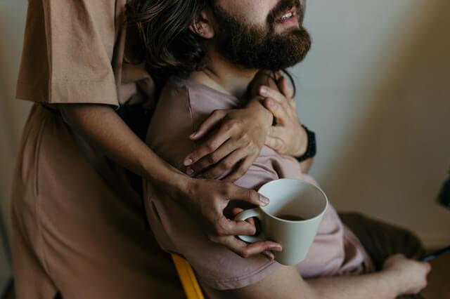 como surpreender o namorado de forma simples - casal se abraça tomando café da manhã