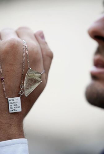 joias personalizadas ana tomich escapulário com pedra preciosa