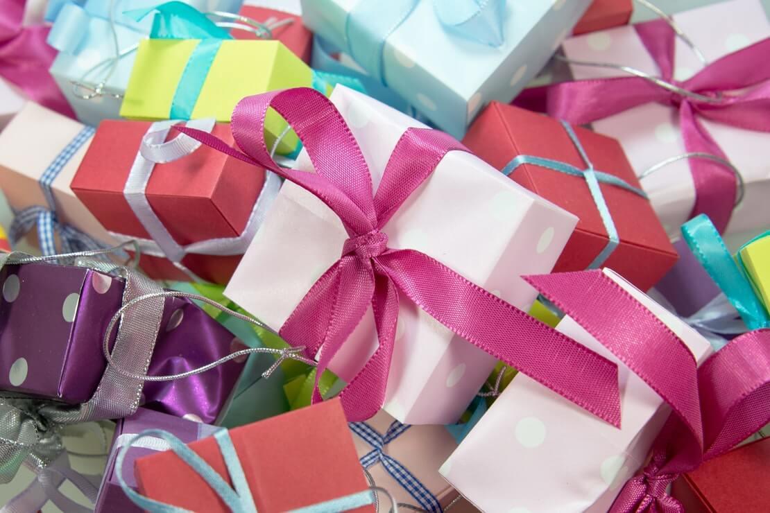 sites de presentes criativos - vários embrulhos coloridos amontoados