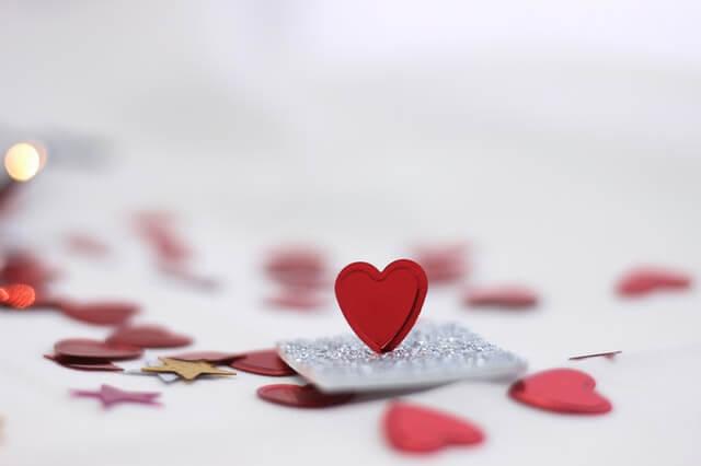 surpresas para namorado - corações de papel e um cartao romântico