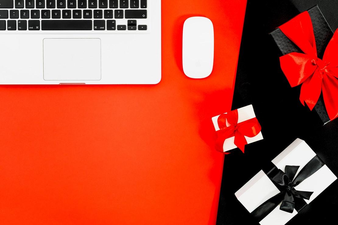 vale presente criativo - imagem de notebook com presentes