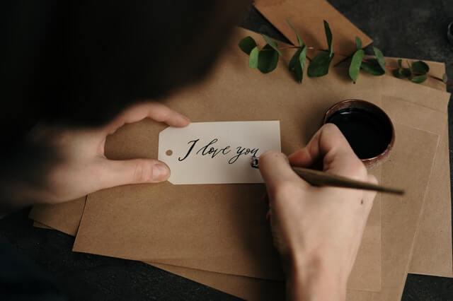 Imagem de pessoa escrevendo um bilhete