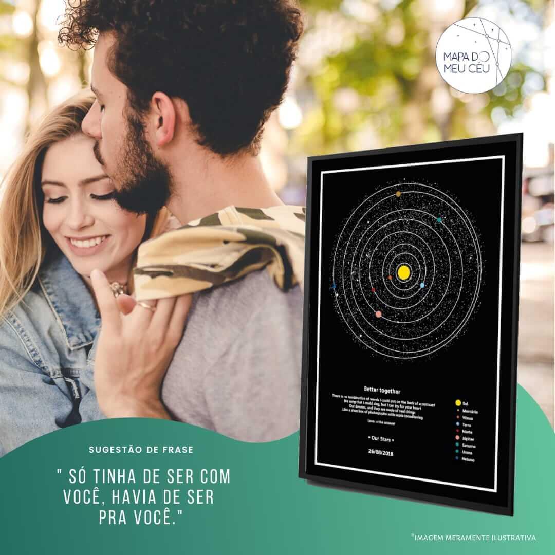 frases para namorada - casal se abraça com carinho, com mapa dos planetas em destaque